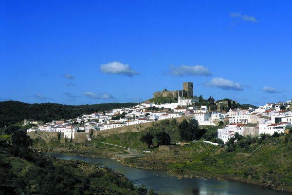 a vila de Mértola e o Guadiana