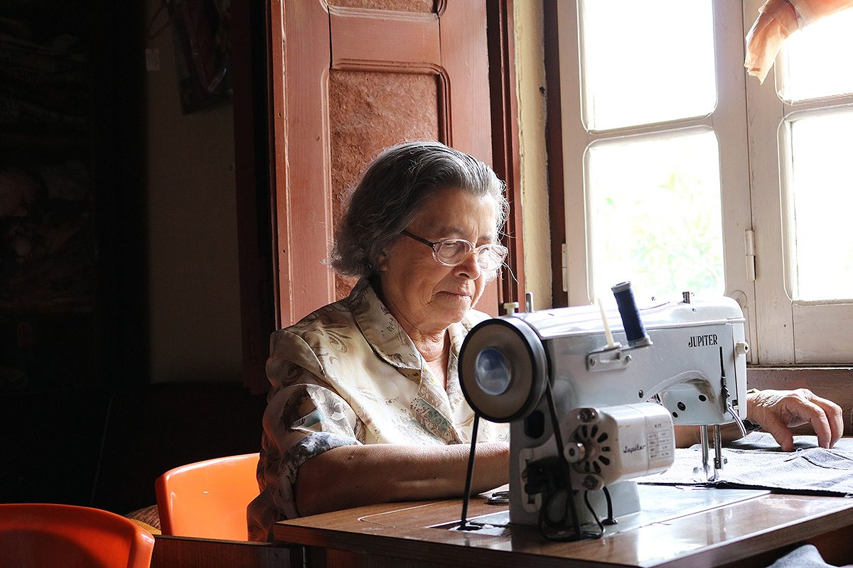 Artesã Minda trabalha na sua casa em Margem