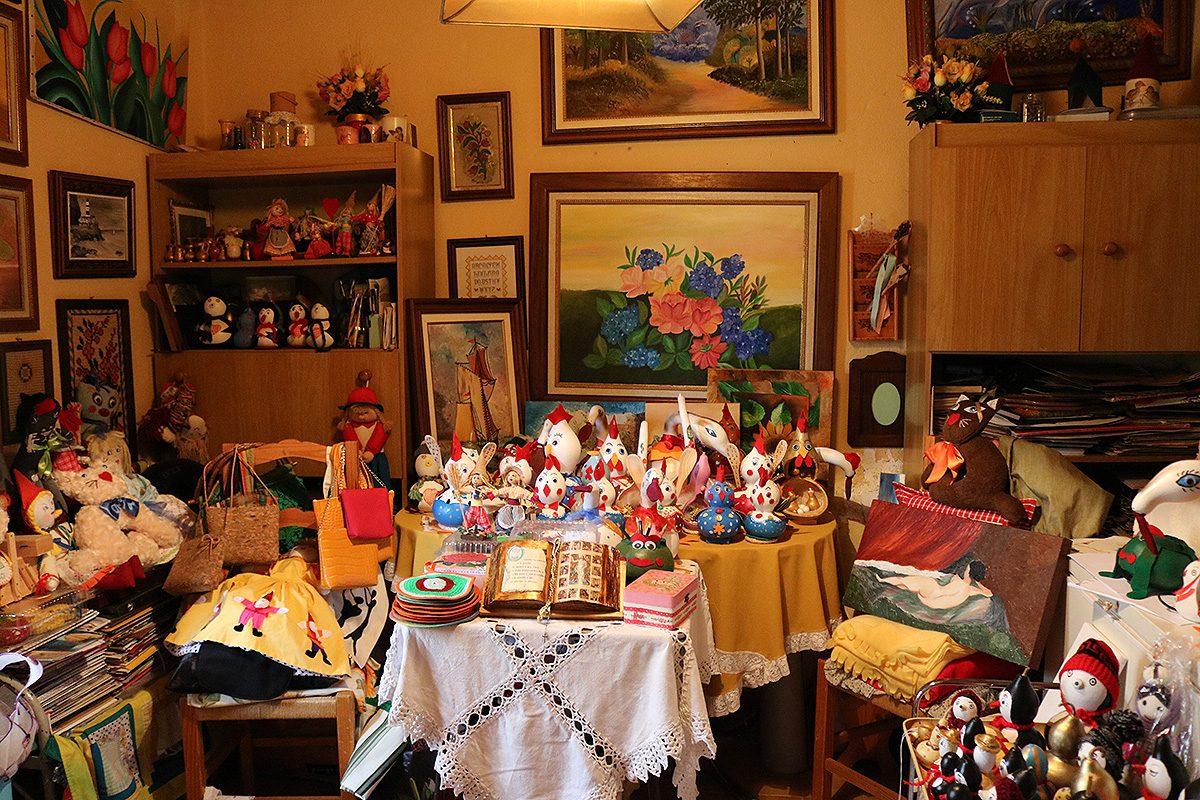 Quadros, cabaças pintadas e bonecas