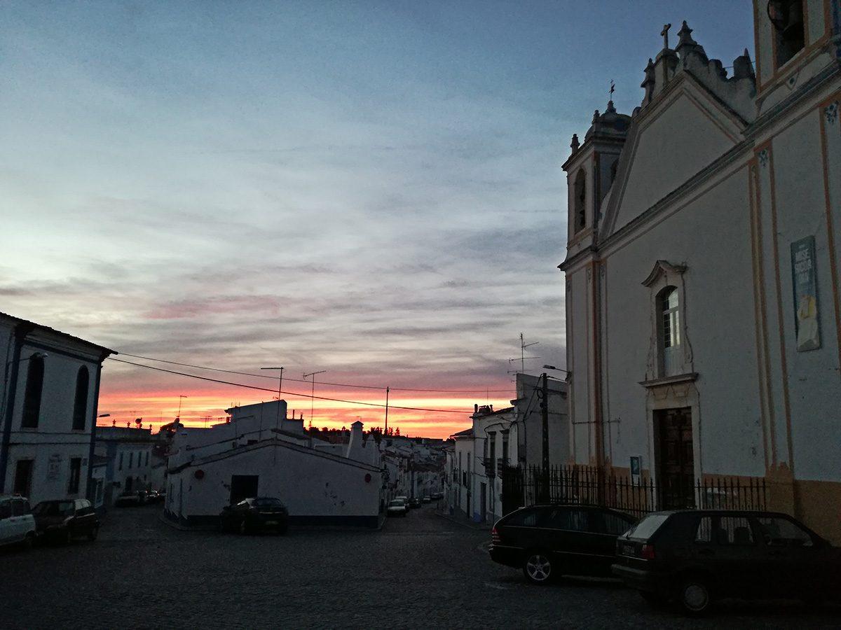 O pôr-do-sol no largo D. Dinis