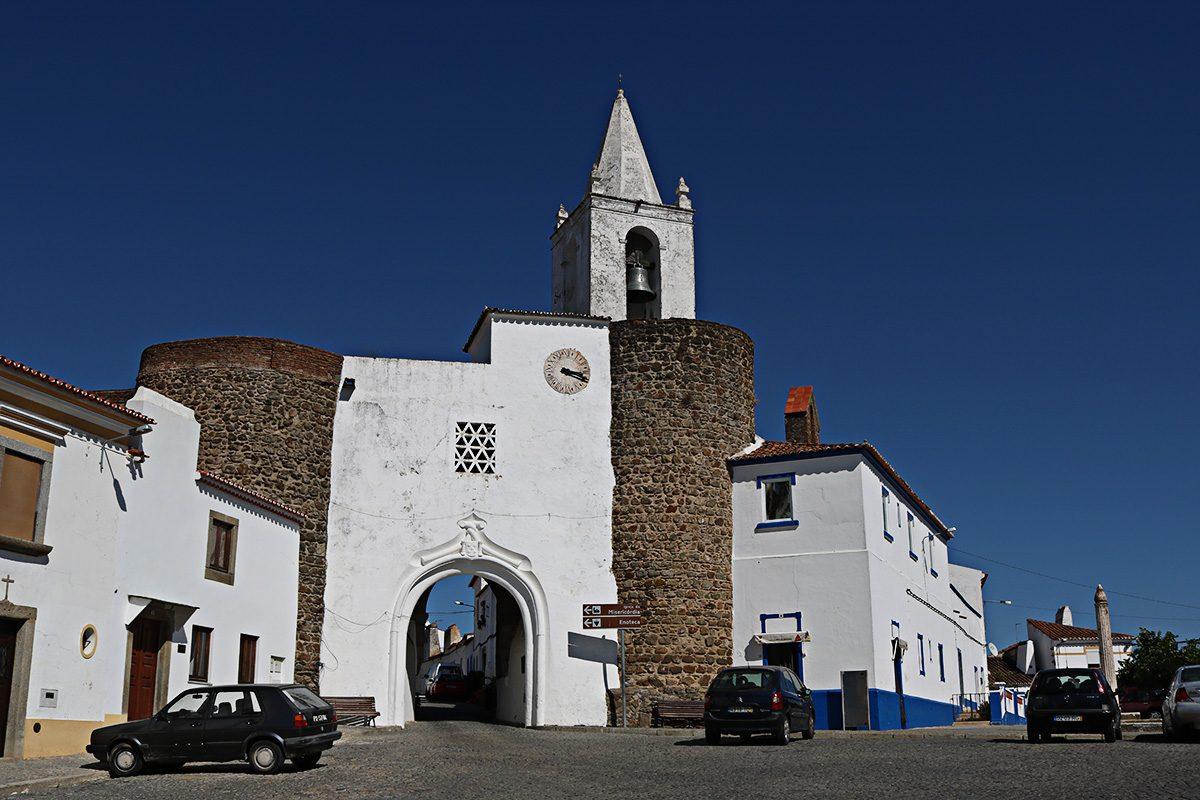 A bela Porta do Relógio em Redondo
