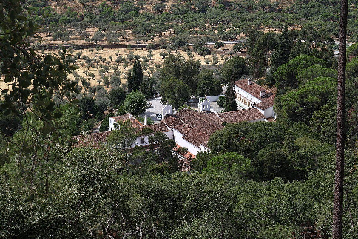 O convento está incrustado na Serra D'Ossa