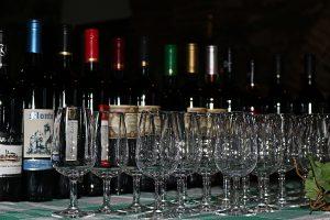 A Enoteca de RedondoNo casco medieval de Redondo, a Enoteca municipal é um espaço onde podemos provar todo o vinho produzido no concelho, acompanhado por excelentes enchidos e queijos locais.A enoteca funciona nos antigos Celeiros do Povo, um belo edifício medieval.