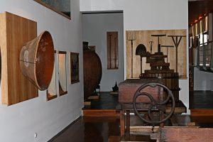 Um museu com instrumentos agrícolas, imagens e textos explicativos