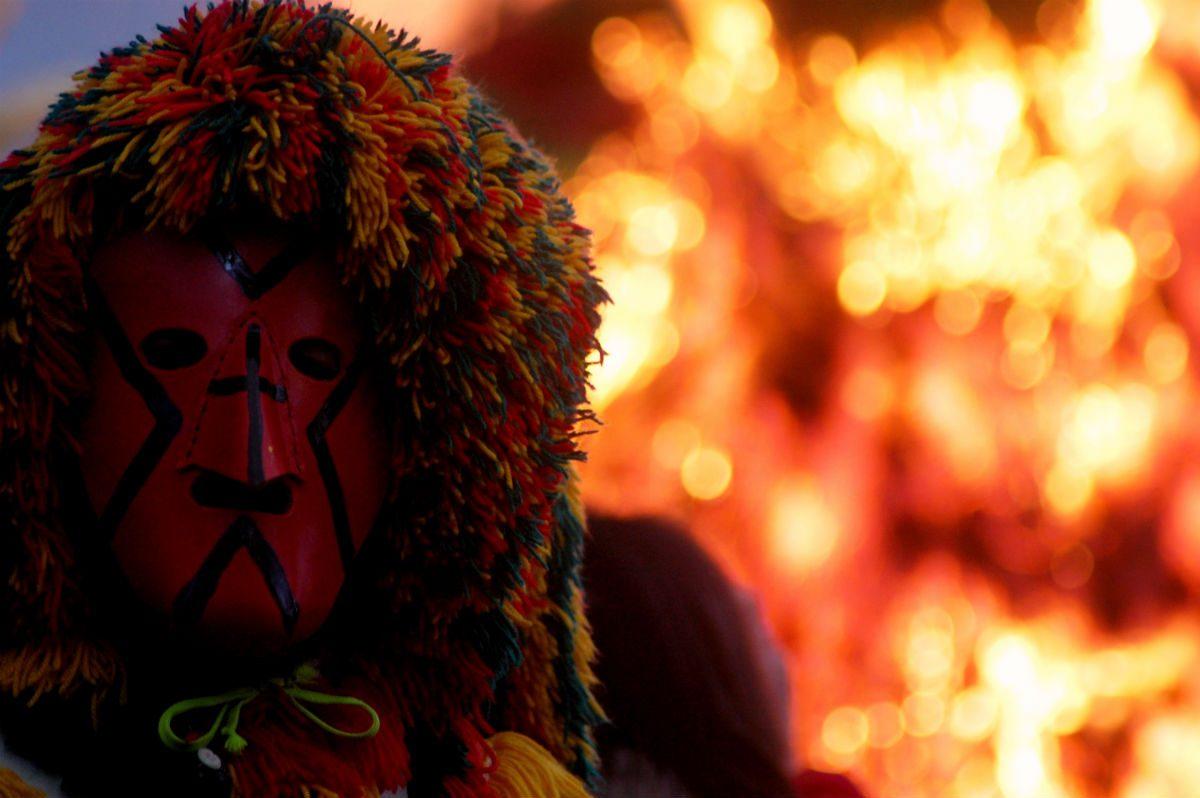 os vermelhos da máscara e do fogo
