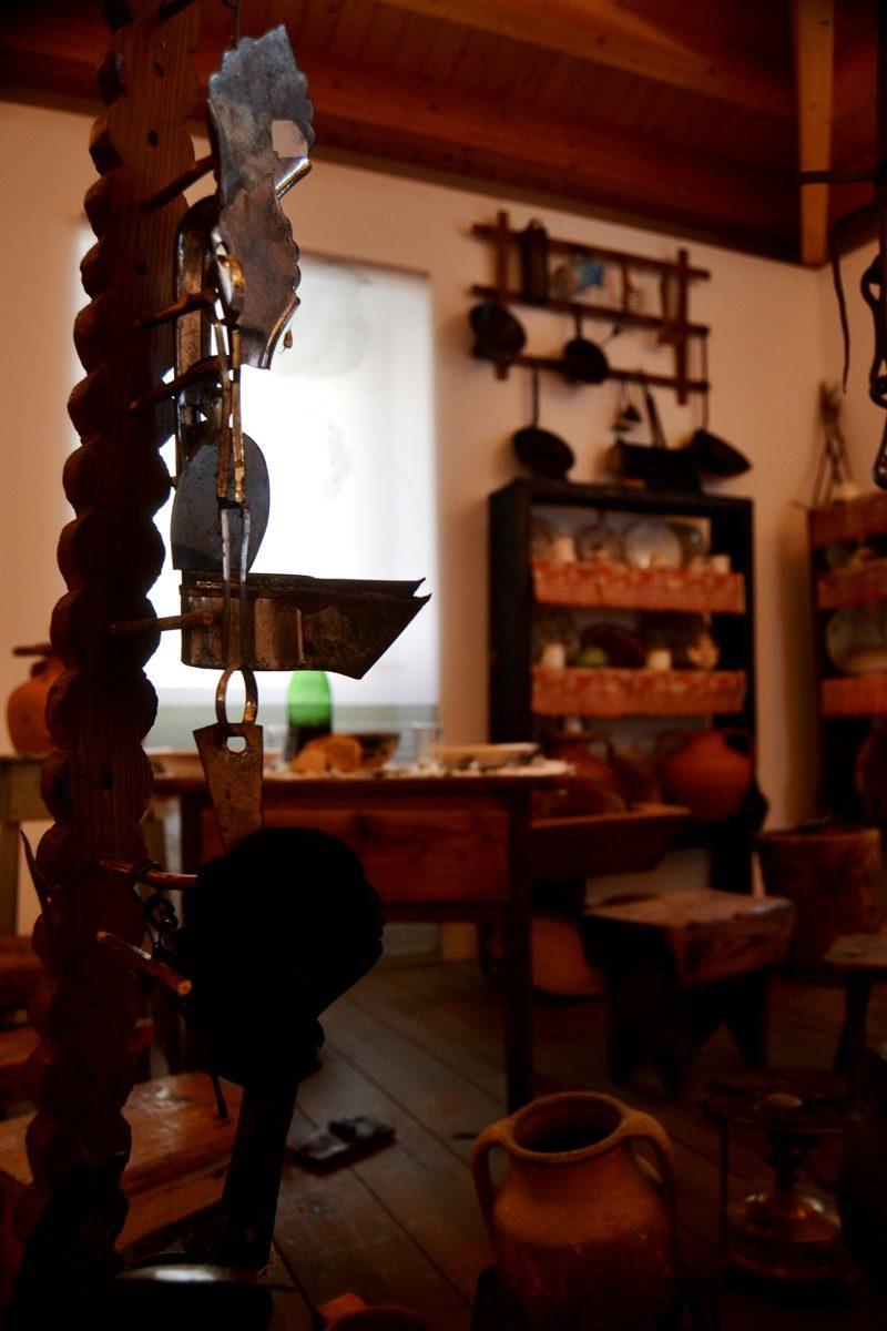 No velador eram colocadas as lamparinas de azeite ao pé do féretro