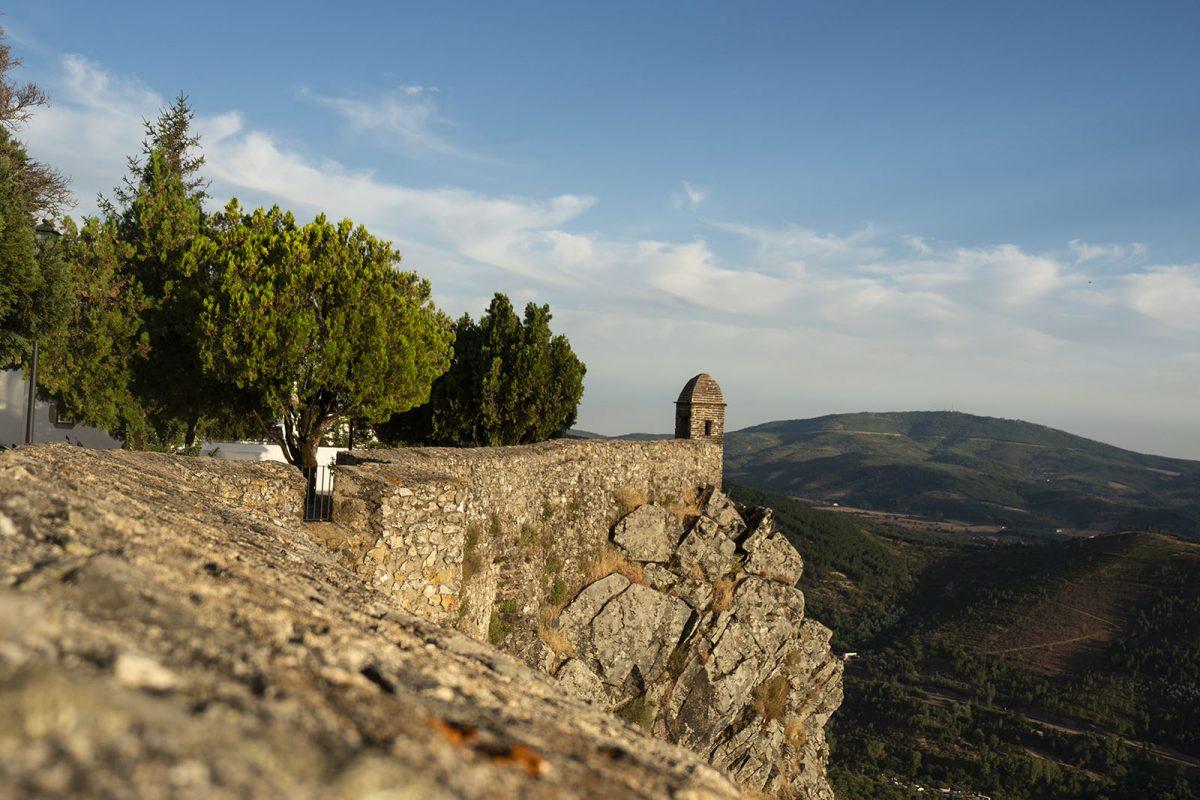 Lá no alto, a muralha da fortificação que envolve a vila de Marvão