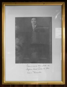 À entrada do estabelecimento, a Regaleira homenageia o inventor da Francesinha