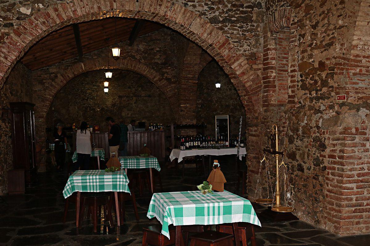 Larga seleção de vinhos acompanhados por queijos e enchidos