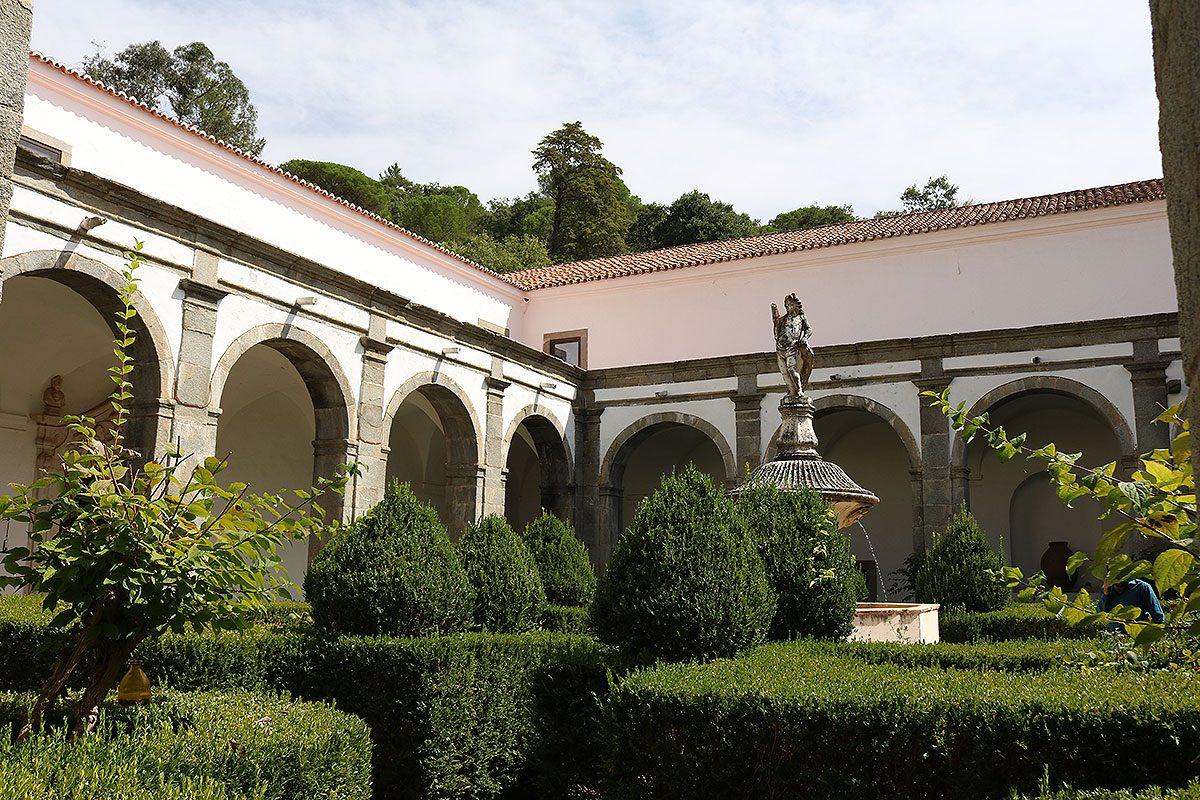 O claustro do convento foi saqueado