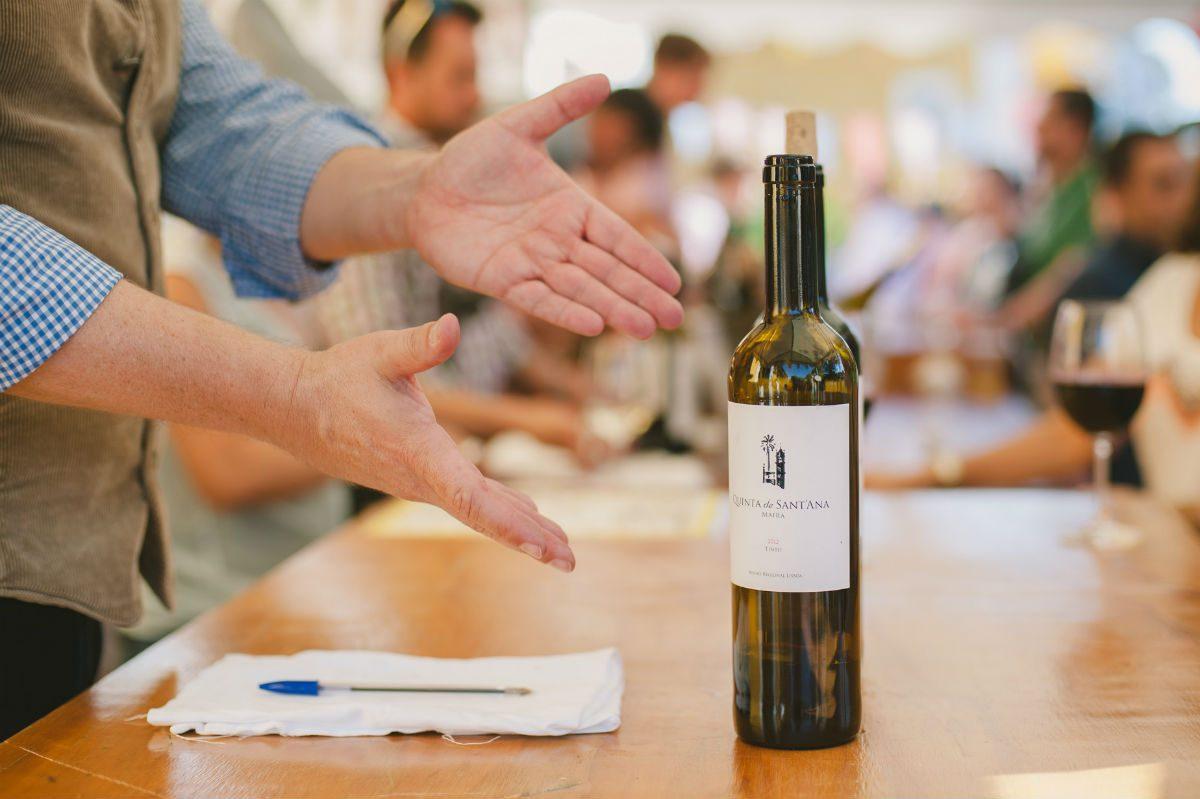 Há provas de vinhos e visita às adegas