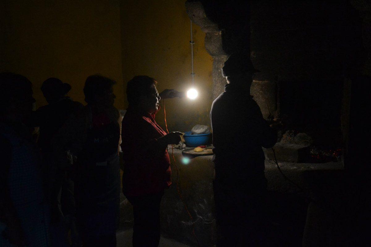 Mesmo com a luz da gambiarra, o forno é escuro