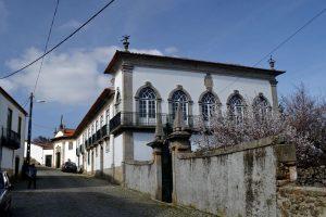Um dos melhores solares de Pinhel: do século XVII construído pela família Mena, que passou para os Metello um século depois