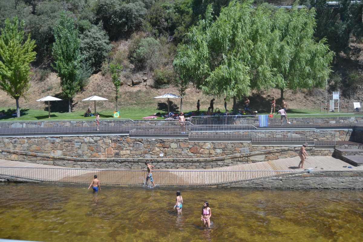 Uma praia no centro da vila